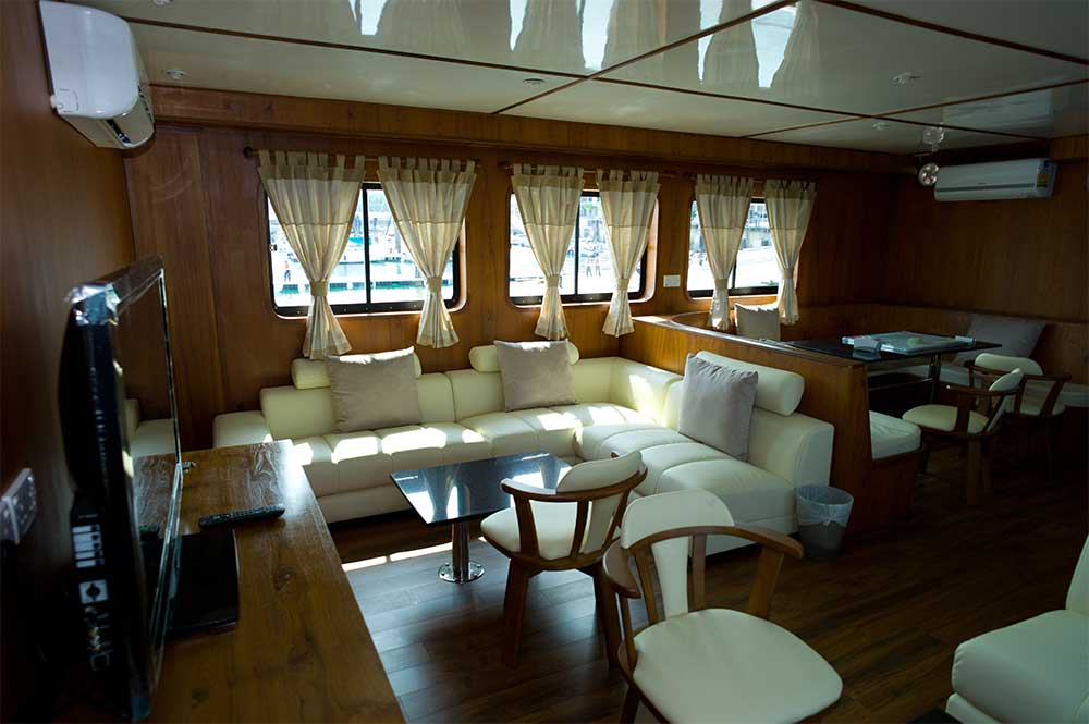 Relaxing-in-Saloon-onboard-dive-boat-MV-White-Manta